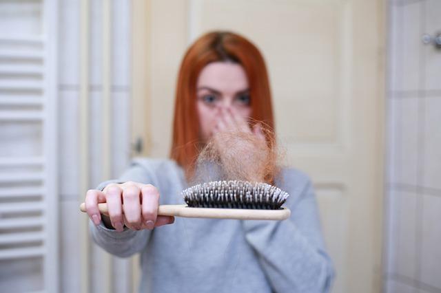 Die neuesten & besten Haarausfall-Behandlungen für Männer & Frauen im Jahr 2021